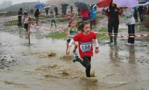 Los jóvenes representantes del Club Atletismo Ayamonte se tuvieron que sobreponer a las adversas condiciones del circuito.