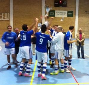 Los jugadores del equipo de Huelva, con el trofeo.