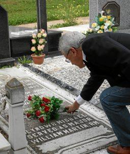 Diego Lopa deposita unas flores en la tumba de William Martin.