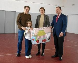 La ganadora del concurso, Carolina con su dibujo.
