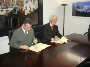 Firma del convenio entre la Universidad de Huelva y el Consejo Social.