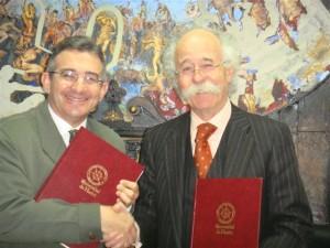 Francisco Ruiz y Julio Revilla tras la firma del convenio.