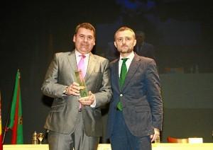 José Fiscal entregó el reconocimento al presidente de Apical, José Cejudo.