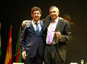 Valderas entrego la distinción a su trayectoria a José Lagares.