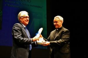 García Hueto, recibiendo el reconocimiento.