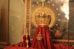 En la exposición  se pueden ver diversas coronas de vígrenes de Huelva.