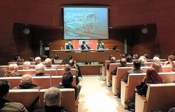 Manuela de Paz explicó la potencialidad del Puerto de Huelva.