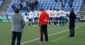 Los recreativistas celebran, al fondo, el gol de Morcillo, ante la mirada de los dos técnicos. / Foto: Josele Ruiz.