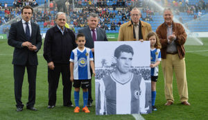 Antes del inicio del choque se tributó un homenaje al recientemente fallecido, Luis Aragonés. / Foto: www.herculesdealicantecf.net.