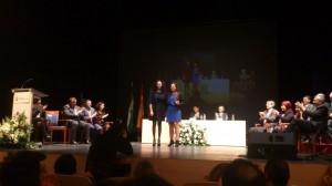 El Sporting Club recibe la distinción de manos de la delegada territorial d Igualdad.