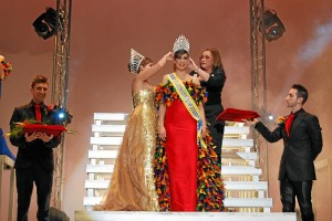 Momento de la coronación de la Reina Juvenil.