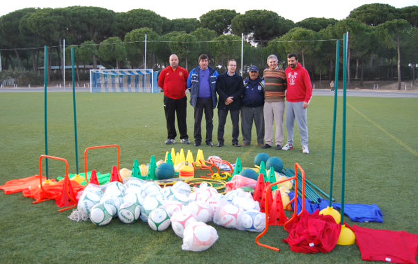 La Comisión Larios hizo entrega del material deportivo.