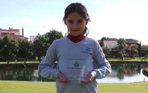 La prometedora Laura López, con su trofeo.