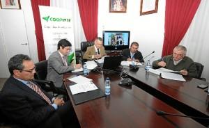 Momento de la firma en el Ayuntamiento de Bonares con la Cooperativa Coopinte y las entidades integrantes.
