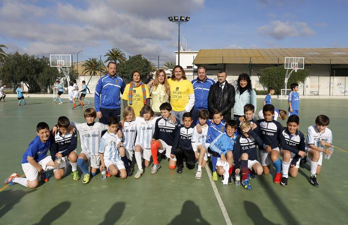 Pepe 'El Marismeño' con los pequeños jugadores de fútbol.