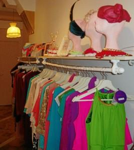 Tocados y vestidos que pueden adquirirse en este showroom.