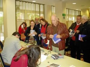 Tras la presentación, los jóvenes firmaron ejemplares de sus obras.