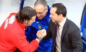 Los técnicos se saludan antes del inicio del partido. / Foto: Josele Ruiz.