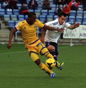 Camille y Joselu pugnan por un balón durante el partido. / Foto: Josele Ruiz.