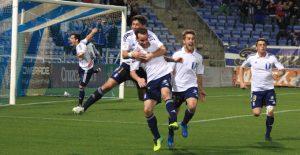 Alegría inusitada en los onubenses tras marcar Fernando Vega el gol de la victoria. / Foto: Josele Ruiz.