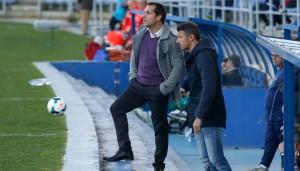 Sergi Barjuan, entrenador del Recre, observa el partido y comenta alguna acción con su segundo, Ramón de Quintana. / Foto: Josele Ruiz.