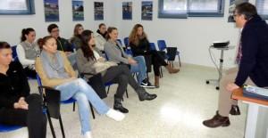 Las jugadoras del CB Conquero siguen las explicación del director del centro, José Manuel Moreno.