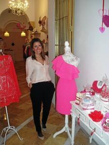 La empresaria Ana Borrero junto a uno de sus diseños