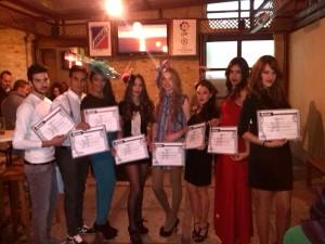 Los jóvenes enseñan sus títulos de modelos profesionales.