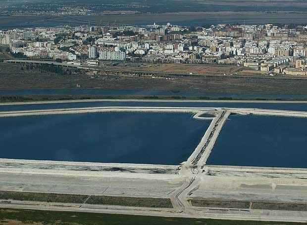 Imágenes aéreas de las balsas de fosfoyesos. / Foto: miradadelince.wordpress.com
