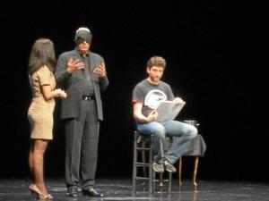 Anthony Blake involucra al espectador en sus actuaciones.