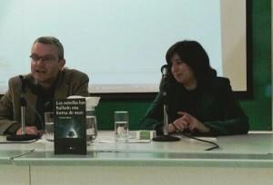 Carmen Ramos acompañada por Juan Carlos Jara en la presentación de su poemario.