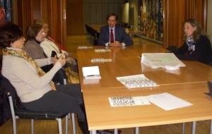 El presidente del Colegio de Farmacéuticos y la gerente del mismo explican a un grupo de asistentes  los beneficios del SPD.