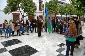 Izado de la bandera gitana en la plaza almonteña.