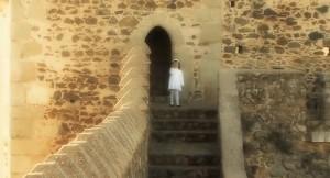 Una niña anima a 'pasar' para conocer el Castillo de Sancho IV.