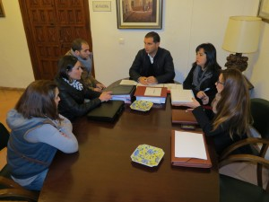 La directiva de la asociación presentando su proyecto en el Ayuntamiento de Moguer.
