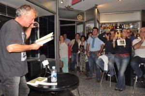 Eladio Orta durante una lectura poética.