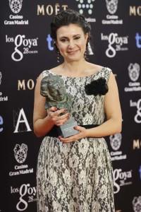 Pilar Pérez, directora del documental, sostiene el Goya. / Foto: Albero Ortega