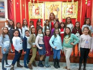 La concejala de Festejos de Isla, Isabel Lo?pez, junto a las Cortes de Honor Juvenil de 2013 y 2014.