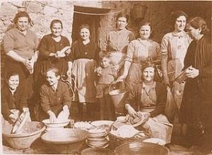 Un grupo de mujeres de antaño elaboran el guiso de matanza. / Foto: La despensita andaluza.