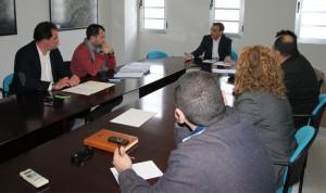 Representantes de los municipios de la mancomunidad reunidos con Caraballo.