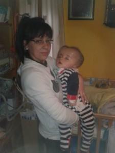 El pequeño Simón en brazos de su madre, Miriam.