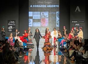 La diseñadora Inma Castrejón sale a saludar tras su desfile. / Foto: Antonio Lozano