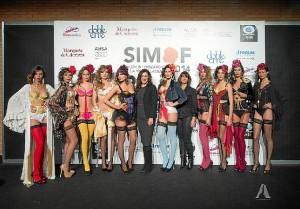 Castrejón posa con todas sus modelos. / Foto: Antonio Lozano