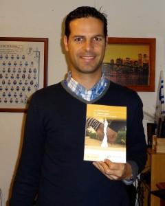 El onubense Juan Bustamante con su libro.