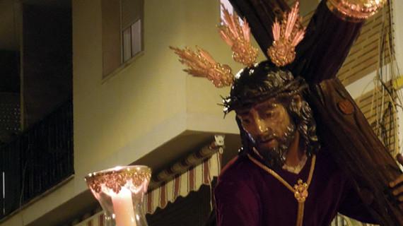 El barrio del Polvorín acompañó a su Cristo de las Penas en el rezo del Vía+Crucis