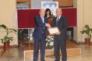 Pedro Rodríguez entregó el premio a Antonio de la Vega.