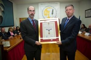 Momento de la entrega de la Medalla de Oro al alcade de Palos.