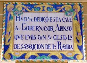 La placa que homenajea la gesta del Gobernador Alonso en la calle que también lleva su nombre.
