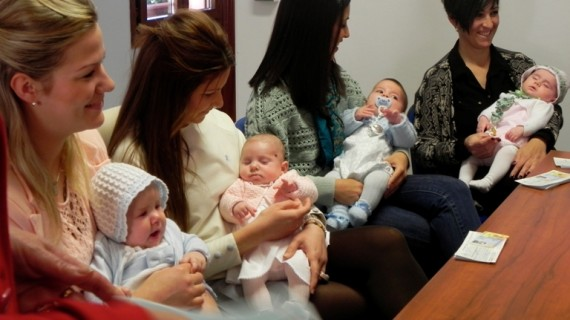 Palos entrega cheques económicos a 11 bebés nacidos en la localidad