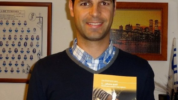 Juan Bustamante, un onubense que ha escrito un libro para autoayudarse a superar una ruptura y mostrar las claves a la sociedad